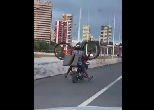 Suspeito flagrado levando bicicleta e TV em moto é preso