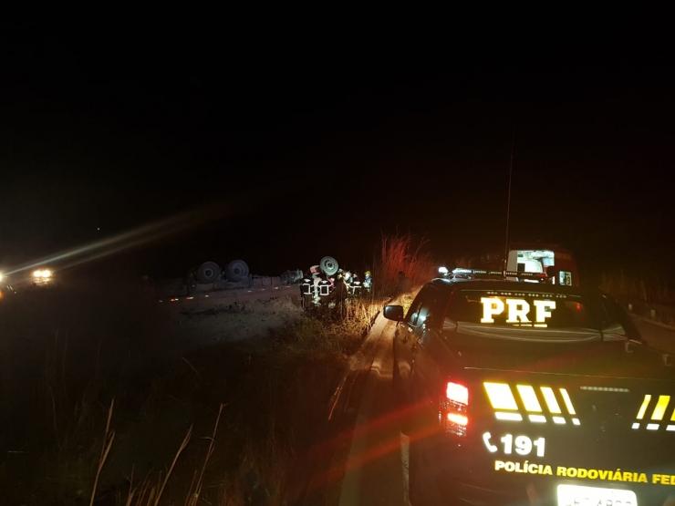 Homem morre após caminhão tombar na BR-343, em Altos